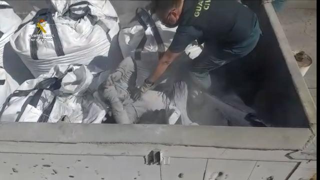 Im Hafen von Melilla wurden 41 Menschen gerettet darunter 1 Person die in einem Sack mit giftiger Flugasche aus der Verbrennungsanlage begraben war