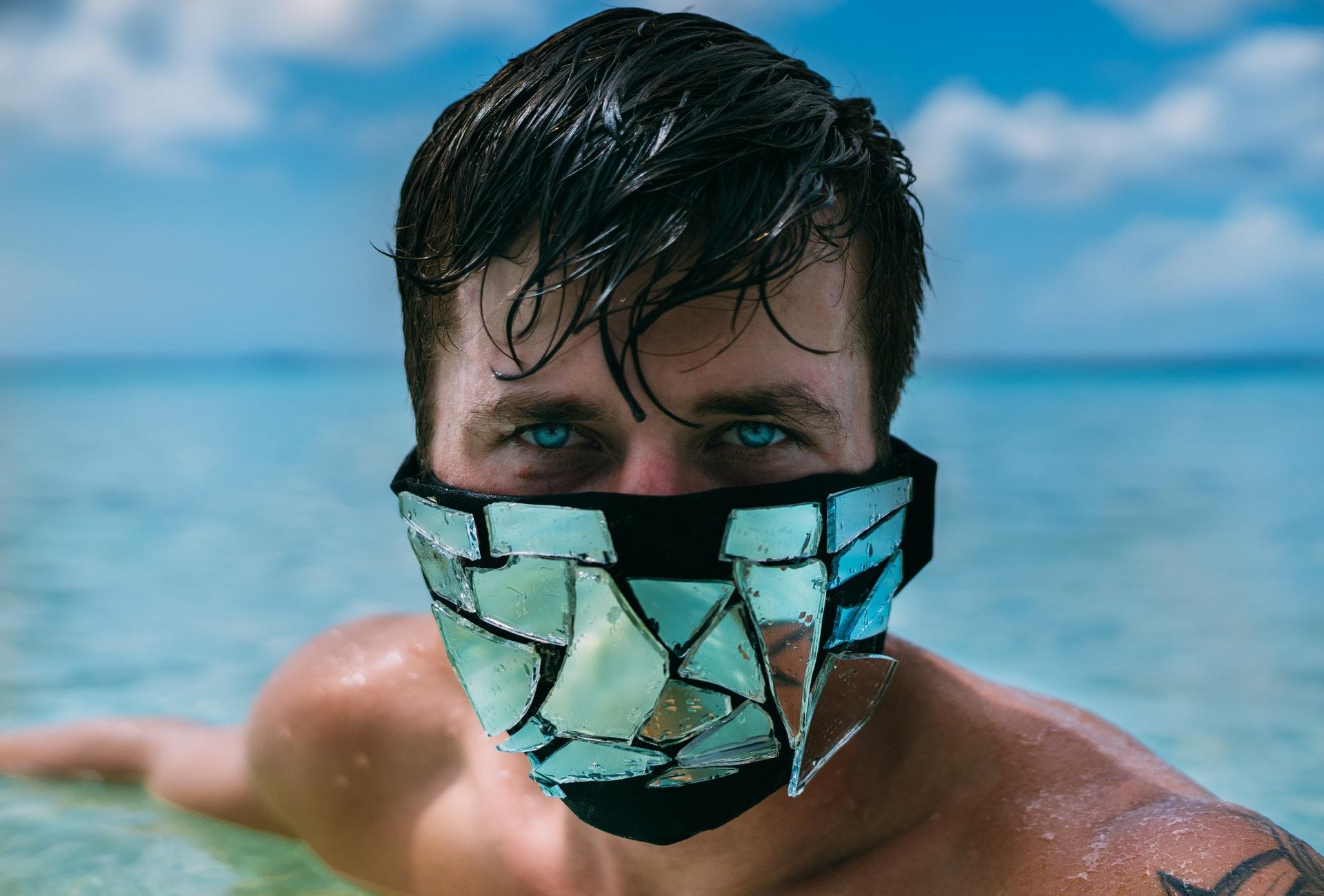 Andalusien lehnt die Verwendung von Masken am Strand ab weil diese den Tourismus abschrecken