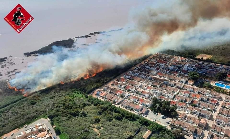 Feuer in den Salz Salinen vor Torrevieja (Alicante)